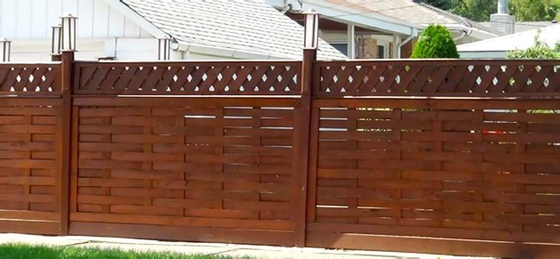 Hnědý, ozdobný plot