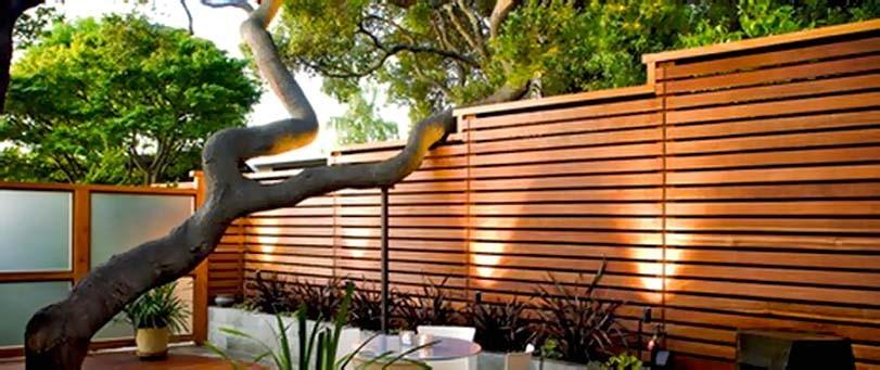 Moderní zahrada, dřevený plot