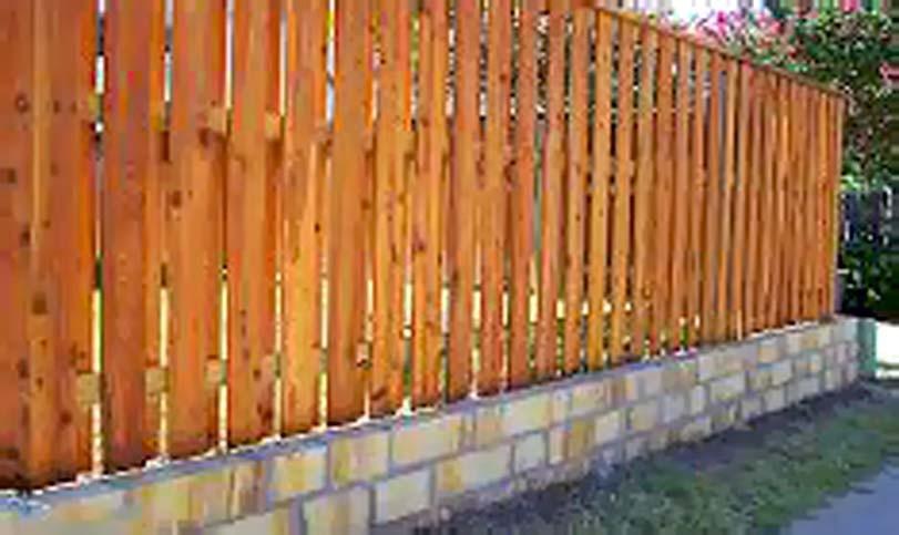 Průměrný plot s kolmou výplní