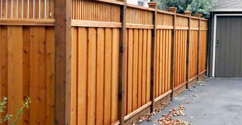 Neprůhledný dřevený plot