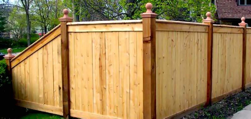 Ozdobný dřevěný plot s koulemi
