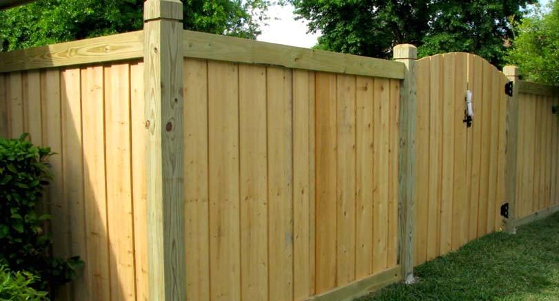 Bílý dřevěný plot vysoký