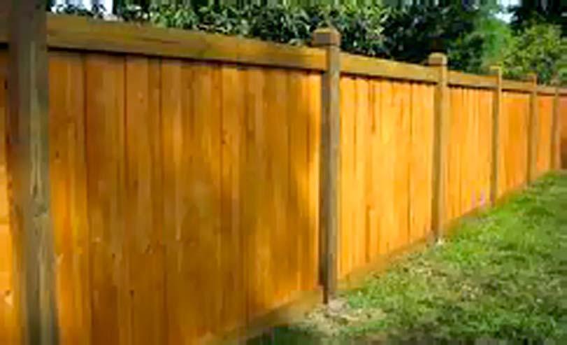 Hnědé dřevo pro plot