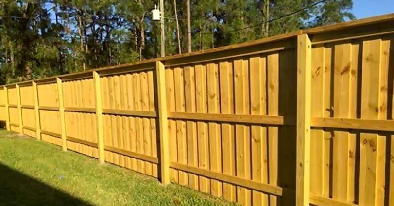 Pevný dřevěný plot světlý