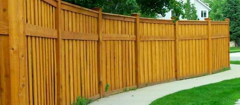Pevný dřevěný plot průhledný
