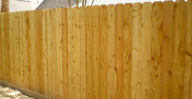 Kolmý světlý dřevěný plot ze smrku