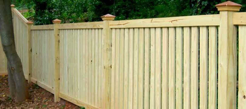 Světlý moderně oplocený plot