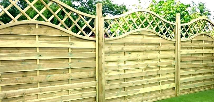 Vysoké dřevěné ozdoby na plotě