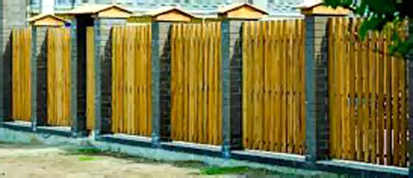 Zděné sloupky a dřevěná výplň