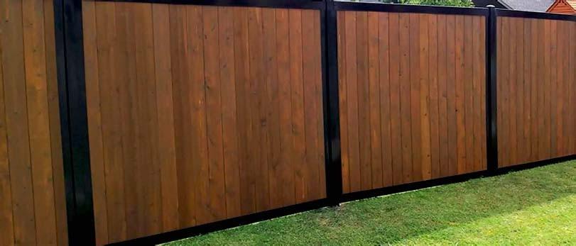 Hnědý dřevěný plot s tmavým železem