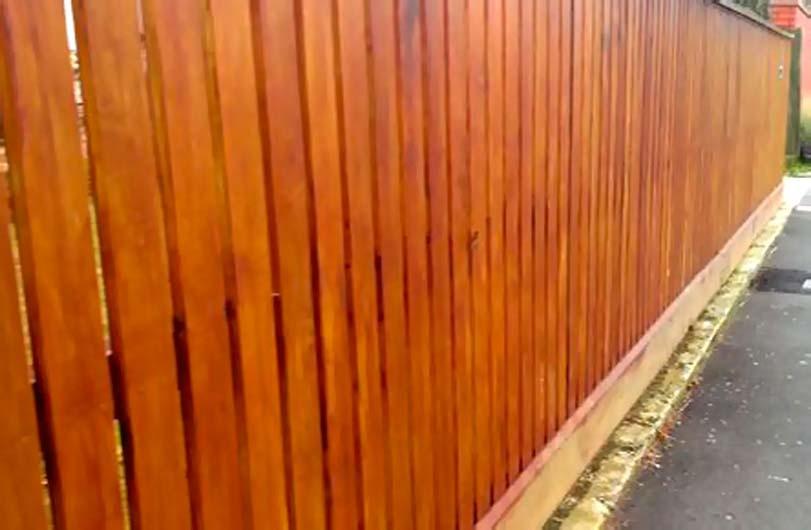 Hnědý plot, svislá výplň