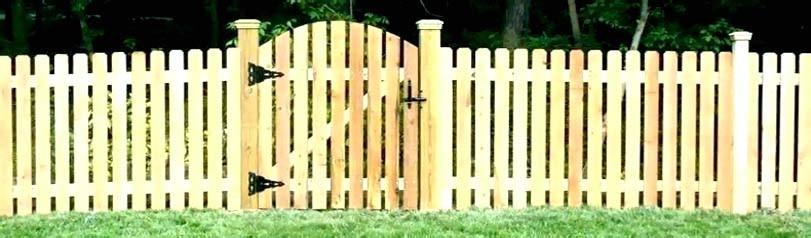Nízký smrkový plot s brankou