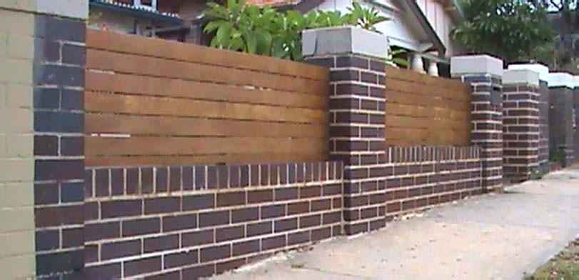 Dřevo jako doplněk k cihlovému plotu