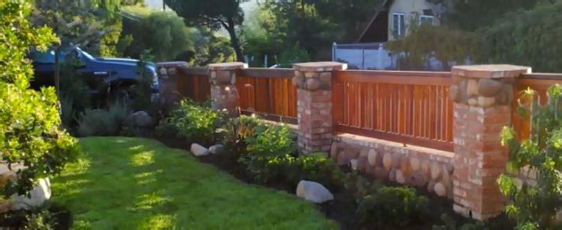 Nízky dřevěno-cihlový plot