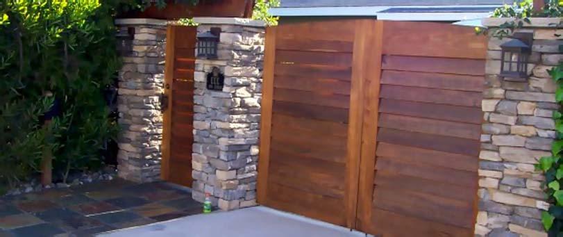 Brána, branka z cihel a dřeva