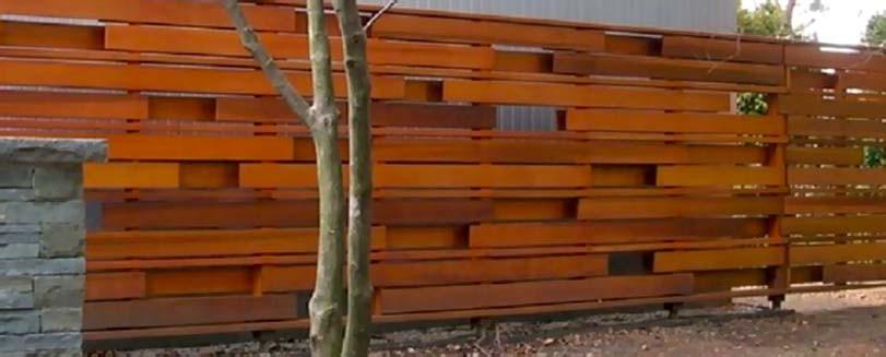 Dřevěný plot s dekorativními kameny