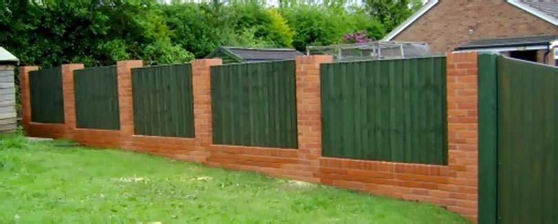 Zelený dřevěný plot