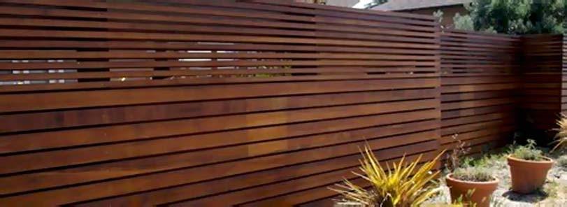 Hnědý plot vodorovně, moderní