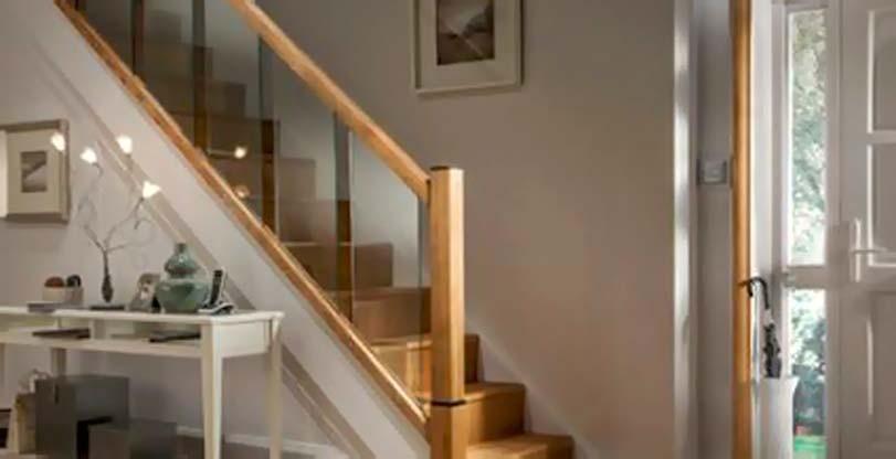 Skleněné a dřevěné schody doma