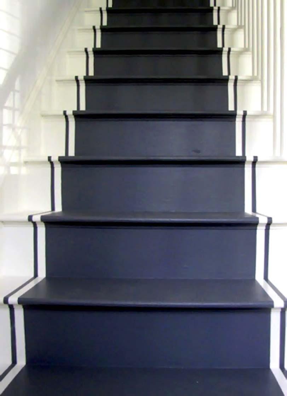 Modré schody s bílými pruhy