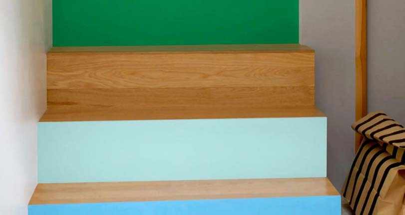 Moderní modrá barva na schodech doma