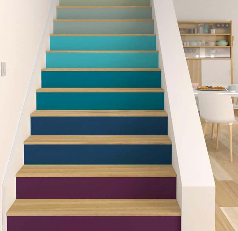 Modré a fialové schody v interiéru
