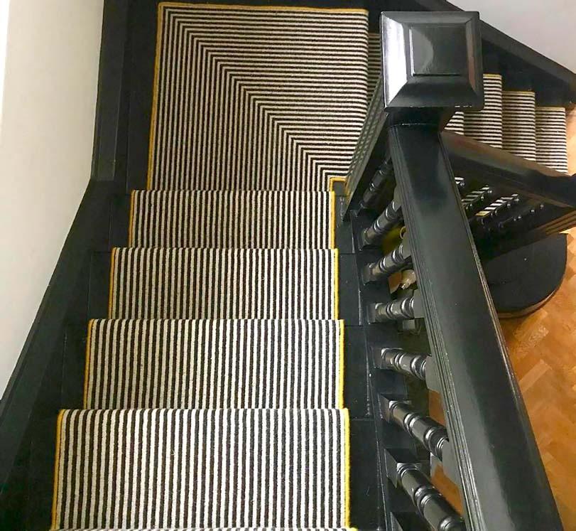 Pruhovaný koberec na schodech