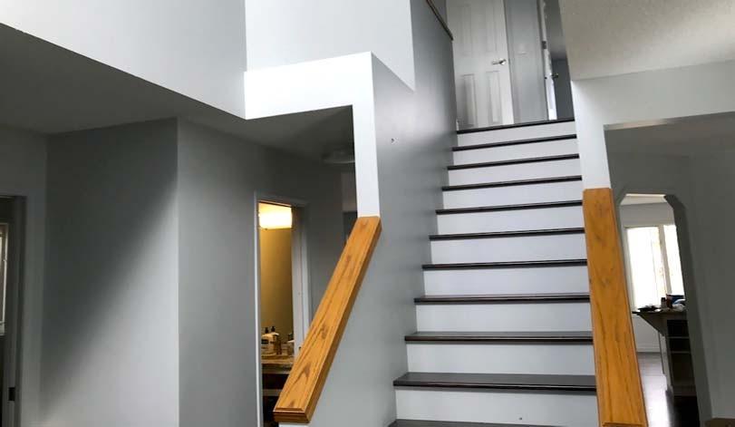 Bílé schody s černými lemy