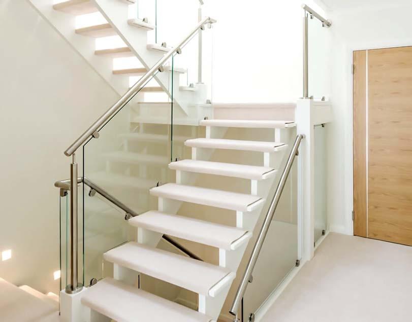 Skleněné schodiště s bílými prahy
