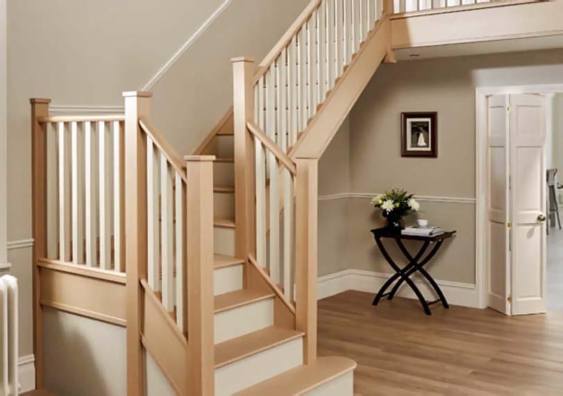 Bílobéžové schodiště