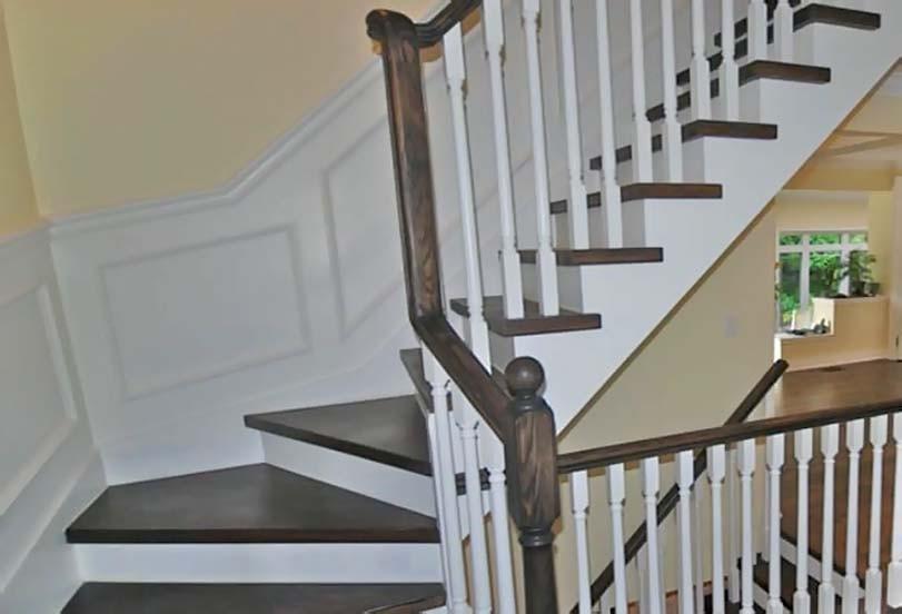 Dokončené schody, tmavě hnědá, bílé okolí