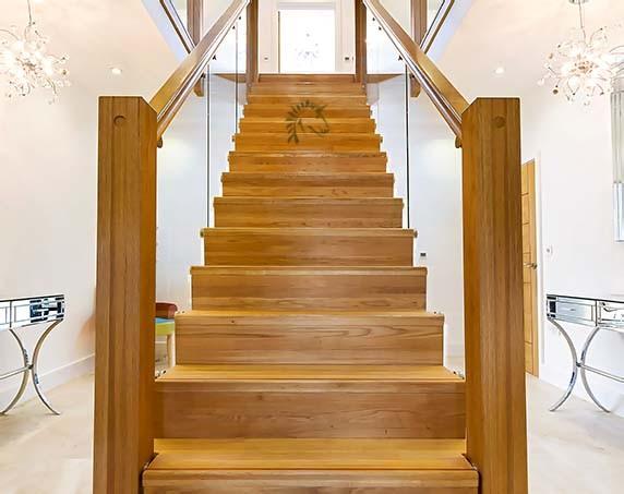 Hnědé schody ze dřeva