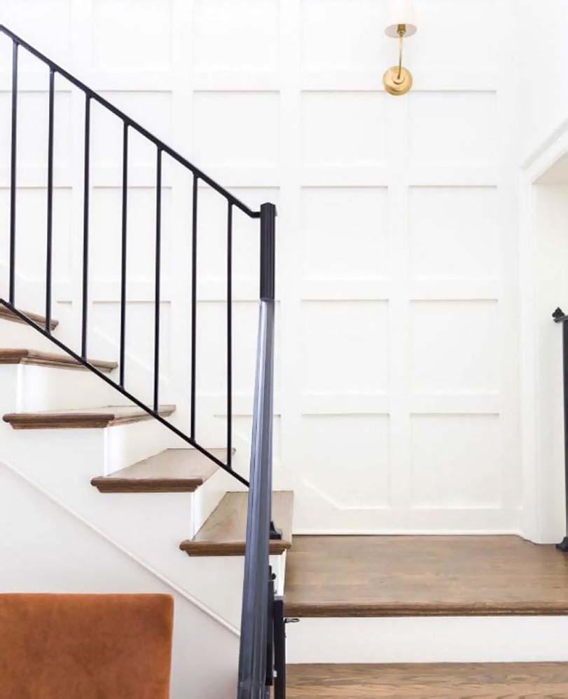 Kombinace hnědé a bílé, schody